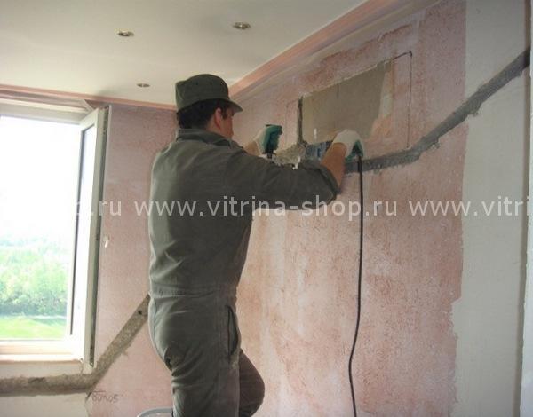Штробление стен при помощи перфоратора